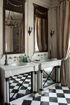 Ванная комната при спальне хозяев. Раковины высечены из блоков каррарского мрамора. На них — бронзовые французские подсвечники XVIII века.
