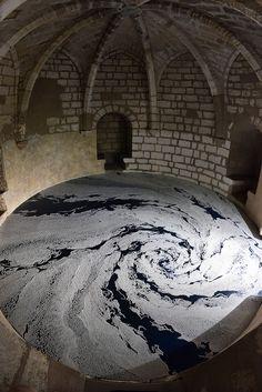 L'artiste japonais Motoi Yamamoto a créé dans une tour et le rempart d'Aigues-Mortes une installation qui forme un délicat motif labyrinthique avec du sel déposé en filets sur le sol. L'oeuvre fait partie de l'exposition UNIVERS'sel et est visible jusqu'au 30 novembre.