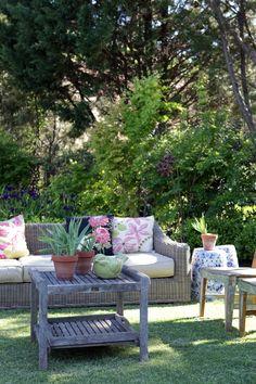 Area de descanso en el jardin. Lounge area at the garden.
