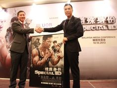 """""""Special ID"""" Press Conference and sharing session. Donnie Yen presents Mr. Kevin Lam (Managing Director Country Head of UOB Malaysia) with an autographed poster of """"Special ID""""."""