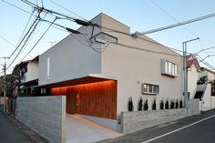 専門家:井東 力が手掛けた、北側外観(三角の吹抜けのあるチークの家 ( 奥沢の家 ))の詳細ページ。新築戸建、リフォーム、リノベーションの事例多数、SUVACO(スバコ) Amazing Architecture, Architecture Design, Exterior Design, Interior And Exterior, Garage House, Japanese House, Exterior Lighting, Ideal Home, Facade