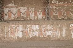 54/ PÉRIODE INTER. ANCIENNE / MOCHE. Huaca de la Luna. Sur la partie basse on voit des guerriers triomphants avec des prisonniers, représentés souvent comme dans l'art Mochica nus et de profil