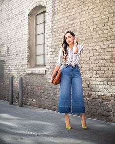 Fashionista NOW: 10 Ways To Wear The Returning Cropped Jeans Fashion Trend Cropped jeans: They've been resurrected! Find new ways to wear the denim trend stylishly this year. Mode Outfits, Chic Outfits, Summer Outfits, Fashion Outfits, Jeans Fashion, Cropped Jeans Outfit, Cropped Wide Leg Jeans, Denim Culottes Outfits, Look Blazer