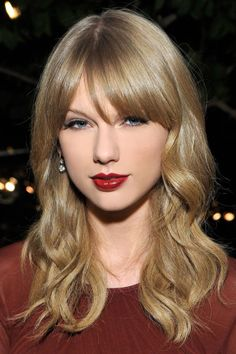 But the real reason we love Taylor Swift? Her always flawless beauty looks. Taylor Swift Hot, Style Taylor Swift, Taylor Swift Red Lipstick, Taylor Swift Bangs, Taylor Swift Makeup, Taylor Swift Pictures, Tips Belleza, Her Hair, Taylor Swift Hair