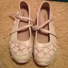 Sketchers sneakers Tan skechers cute sneakers! Great for walking and for fashion! Worn 3 times, just not my style anymore! Like new condition! Any questions please ask! Skechers Shoes Sneakers