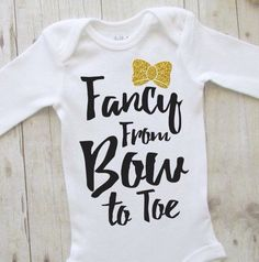 Baby girl clothes – baby shirt – cute baby clothes – baby shower ideas – fancy from bow to toe – bringing home baby outfit – black and gold babykleidung – baby shirt – süße babykleidung – babyparty ideen – schick von bogen bis zehe – bri Funny Baby Clothes, Funny Babies, Cute Babies, Mom Funny, Baby Outfits, Boho Baby Kleidung, Baby Kostüm, Baby Onesie, Funny Baby Girl Onesies