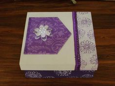 Caixa em scrap decor com aplicação de tag com decoupagem, carimbos, fita e flor em pedrarias. Possui 4 divisórias e pode ser usada como porta bijoux, caixa de relógios ou mesmo caixa de chá. R$ 22,00