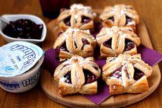 Wiśniowe Bieluchy Przepis: Serek Bieluch Konfitura wiśniowa Ciasto francuskie  Ciasto francuskie kroimy w kwadraty o wymiarach ok 6x6 cm. Mieszamy serek Bieluch z konfiturą (proporcje wg. własnego uznania i smaku) i nakładamy na ciasto.  Wkładamy do nagrzanego piekarnika i pieczemy 30 minut w temperaturze 200 stopni. #przepis #deser