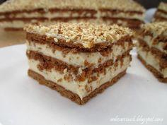 Pyszne i szybkie w przygotowaniu ciasto z delikatnym kremem chałwowym, kakaowymi herbatnikami i chrupiącymi ziarenkami sezamu. Idealne dla wielbicieli chałwy