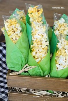Girl Scout Thanksgiving Snack Idea - Popcorn Corn on the Cob Bags. Baggies of popcorn wrapped in green tissue paper to look like corn on the cob! Popcorn treat bags for Thanksgiving. Thanksgiving Crafts For Kids, Thanksgiving Parties, Thanksgiving Recipes, Holiday Recipes, Kids Crafts, Thanksgiving Turkey, Thanksgiving Decorations, Thanksgiving Favors, Preschool Christmas