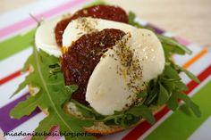 Kanapka: suszone pomidory i mozzarella