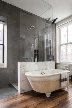 Bond Street Loft от Ensemble Architecture занимает целый этаж здания в историческом районе Манхэттена, Нью-Йорк. 140 квадратных метров лофта были отреставрированы для того, чтобы создать просторное жилое помещение с двумя спальнями для семьи из трех человек.