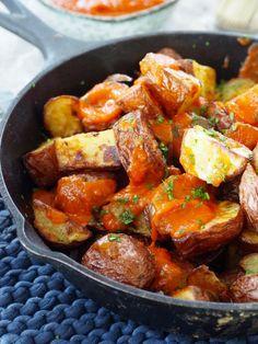 Spanske tapaspoteter (patatas bravas) Tapas Recipes, Sweet Potato, Bacon, Brunch, Pork, Food And Drink, Potatoes, Ethnic Recipes, Foods