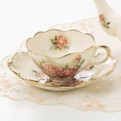 Šálek na čaj * bílý porcelán s jemně malovanými růžemi s krásným designem ♥♥♥