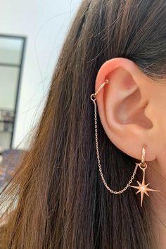 Olha q lindo ❤ Pretty Ear Piercings, Ear Peircings, Ear Piercings Cartilage, Cartilage Earrings, Different Ear Piercings, Helix Earrings, Ear Cuff Piercing, Multiple Ear Piercings, Ear Gauges