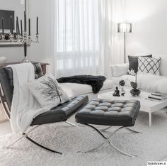 Aijemmin vitivalkoinen olohuone sai särmää mustilla yksityiskohdilla. Vanha ja moderni lyövät kättä :-). Valkoista ja mustaa.. HT-Collectionin Donna-sohva.. . . Vanha klaffikaappi vuodelta 1846 ja AIV-liuospullo.