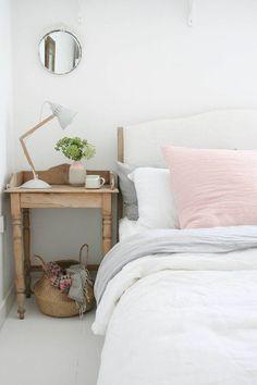 Une chambre simple aux couleurs pastel
