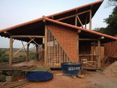A Unidade Mestra Ananda Vasundhara é um projeto eco-espiritual de desenvolvimento rural que busca a auto-sustentabilidade. Estamos em Brazlândia - DF. Bamboo Architecture, Tropical Architecture, Sustainable Architecture, Wattle And Daub, Tyni House, Mud House, Bamboo Building, Natural Building, Bamboo Roof
