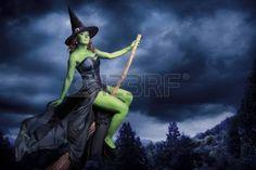 halloween brujas: Bruja atractiva en un fondo oscuro