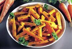 Le carote all'agro si preparano pulendo le carote e tagliandole a listarelle cuocendole poi brevemente con gli aromi il vino e l'aceto; al termine si verserà il tutto in un recipiente di vetro sigillandolo con un foglio di pellicola e si lascerà a riposare in frigo per una giornata prima di servire in tavola guarnendo con foglioline di menta.  http://www.buonissimo.org/ricette/8380_caroteallagro.asp