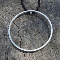 Dieser minimalistische Anhänger besteht aus 2 mm quadratischer Draht aus Sterlingsilber.  Die Oberfläche ist glatt und die Kanten sind poliert.  Der Außendurchmesser beträgt ca. 5 cm.  Es kommt mit einem langen schwarzen Seide Draht aber kann auch in einer silbernen Kette geändert