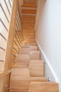 ESCALIER GAIN DE PLACE: a pas japonais ou decalé, compact et épuré Space Saving Staircase, Staircase Storage, Staircase Makeover, Staircase Design, Tiny House Stairs, Attic Stairs, Cottage Design, House Design, Stair Steps