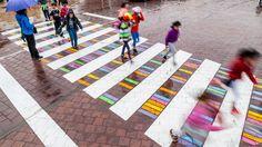 Christo Guelov modifica el patrón gráfico de los pasos peatonales en su serie Funnycross