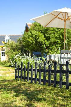 Des clôtures noires pour un jardin pas si classique - Marie Claire Potager Palettes, Outdoor Rooms, Outdoor Decor, Garden Styles, How To Do Yoga, Horticulture, Home Deco, Gazebo, Lattes