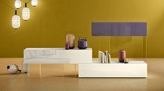 Un sistema componibile con spesse mensole e contenitori sostenuti da sottili strutture verticali in vetro: un esclusivo gioco di contrapposizioni. http://www.lago.it/prodotti/libreria-air #lagodesign #interiordesign #shelves