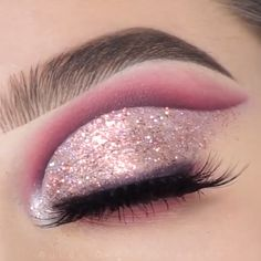 glitter eyeliner looks cut crease ~ eyeliner in crease ; cut crease with eyeliner ; glitter eyeliner looks cut crease ; cut crease no eyeliner Glitter Makeup Looks, Makeup Eye Looks, Eye Makeup Steps, Beautiful Eye Makeup, Smokey Glitter Eye, Eyeshadow With Glitter, Rave Eye Makeup, Cut Crease Glitter, Metallic Eye Makeup