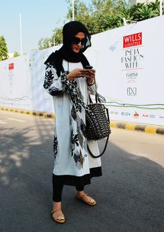 Length + layers = modesty Coordination + color = style Lovely hijab look. Islamic Fashion, Muslim Fashion, Modest Fashion, Hijab Fashion, Kinds Of Clothes, Clothes For Women, Wills Lifestyle, Pakistan Fashion, Hijab Chic