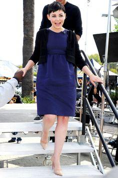 Ginnifer Goodwin Dress Up Her Tiny Bump In A Simple Navy Blue Smock Dress, 2013