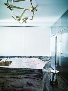 C'est dans un palazzo du XVIIIe siècle que l'architecte-designer Vincenzo De Cotiis s'est inventé un appartement poétique et conceptuel, entre patines du passé et fulgurances contemporaines / Ici, la cuisine / © Paul Lepreux