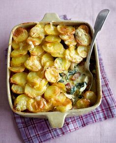 This indulgent French chicken tartiflette recipe is a real winter warmer. Don't save it for a post-ski meal, have it as a hearty supper. Dinner Dishes, Food Dishes, Dishes Recipes, Recipies, Halogen Oven Recipes, Tartiflette Recipe, Leftover Chicken Recipes, Chicken Recepies, Good Food