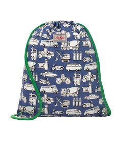 サッと背負えるドローストリングデザインのバッグ。カジュアル使いにぴったりのアイテムです。男の子に人気の総柄プリントが◎。