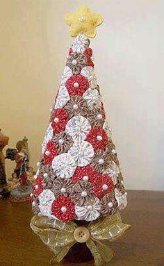 yo yo xmas tree for trailer Christmas Sewing, Christmas Items, Christmas Projects, Fabric Christmas Trees, Xmas Tree, Tree Crafts, Holiday Crafts, Christmas Makes, Christmas Holidays