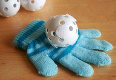 Un divertido juego con un guante y pelotas de velcro