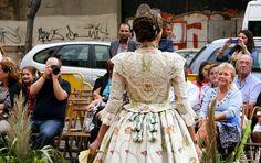Carla, con un vestido de Álvaro Moliner y peinada por Peinaditos.