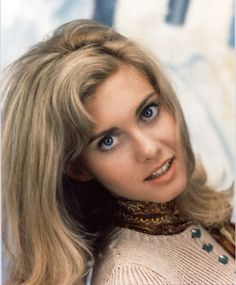 Olivia Newton-John Who played Sandy in the Musical Film Grease (con imágenes) Olivia Newton John Movies, Olivia Newton John Young, Musical Film, Musical Grease, Female Singers, Most Beautiful Women, Beautiful Eyes, Movie Stars, Star Wars