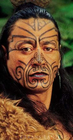 Maori man in kiwi cloak with facial tatoos, Rotorua, New Zealand Maori Face Tattoo, Ta Moko Tattoo, Hawaiianisches Tattoo, Face Tattoos, Tribal Tattoos, Maori Tattoos, Maori Tribe, Frans Lanting, Tribal Makeup