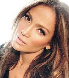 Jennifer Lopez utiliza un maquillaje para ojos marrones de día. Deseas leer el paso a paso?