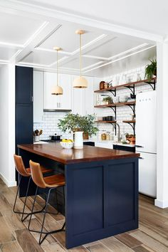 THE SETTING FOR SMALL KITCHEN CHANDELIER Kitchen Wall Colors, Kitchen Colour Schemes, Kitchen Paint, Blue Kitchen Ideas, Color Schemes, Kitchen With Blue Walls, Blue Kitchen Inspiration, Blue Kitchen Interior, Blue Kitchen Designs