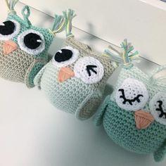 """""""Små ugler til barnevognskæde i nye fine farver ☺️ #hæklet #barnevognskæde… Modern Crochet, Cute Crochet, Crochet For Kids, Beautiful Crochet, Crochet Dolls, Knit Crochet, Knitting Projects, Crochet Projects, Crochet Designs"""