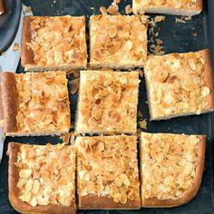 Schlichte, aber gute Zutaten lassen einen Kuchen entstehen, der am besten aus der Hand gegessen wird - den Kaffeebecher in der anderen.