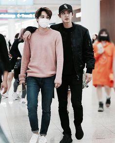 exo park chanyeol pcy and kai kim jongin Baekhyun, Exo Kai, Park Chanyeol, Kpop Fashion, Korean Fashion, Airport Fashion, Airport Outfits, K Pop, Chen