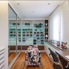 Closet moderno com iluminação personalizada e pufe estilo pop art. Projeto: Raduan Arquitetura #ambientes #designdeinteriores #dicadedecoração #iluminação