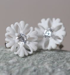 white floral stud earrings. Perfect spring and summer jewelry. Wonderful light and pleasant to wear. #etsyde #flower #earrings #studs