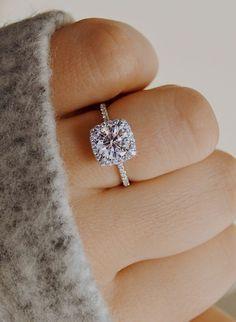 Dream engagement ring with a perfect cut halo on a thin band by Ascot Diamonds! Engagement Rings Zugriff auf die Website für Informationen http://storelatina.com/ #Ringihana #tsa #kaqeybgalka #üzükləri