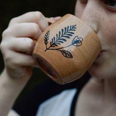 tomando o cházin e dando uma risadinha hehe  .  .  .  .  .  .  .  #ceramic #clay  #claywork #pottery #wheelthrown #mug #tea #coffee #illustration #decor  #handmade #handpainted #artista #artesao #stoneware #torno #compredequemfaz #handcrafted #maker #ceramica #argila #xicara #cha #café #feitoamao