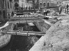 Milano: I lavori di copertura del naviglio vicino piazza San Marco (1929-1930) Monochrome, Boat, Urban, Black And White, History, Gallerie, Vintage, Black White, Dinghy